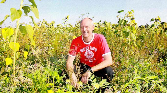 Landwirte ackern mit Wildpflanzen für den Naturschutz